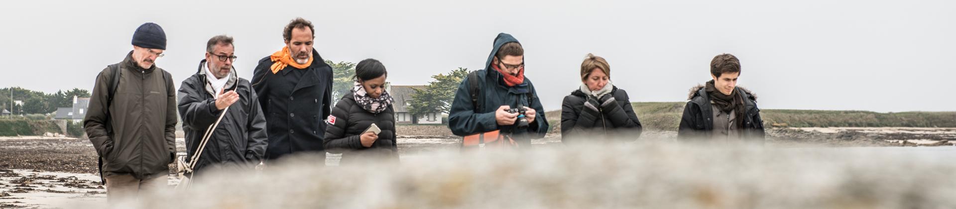 Les auteurs marchant sur la plage à Plounéour-Trez