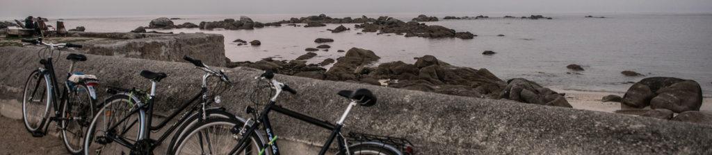 Vélos posés en bord de mer